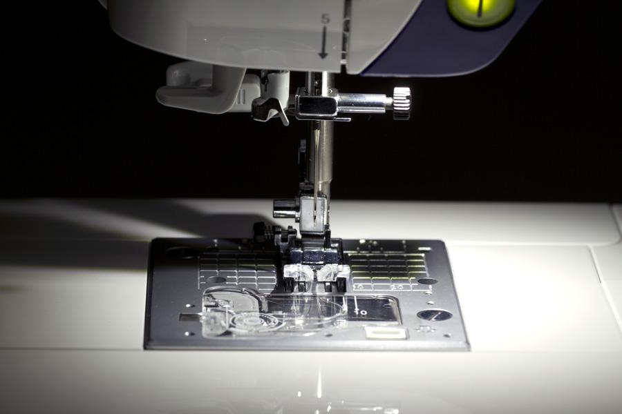 JUKI HZL-G220 ausgeleuchteter Arbeitsbereich