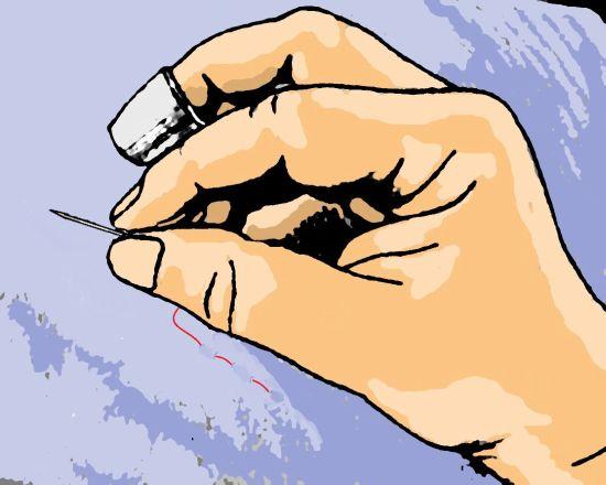 Fingerhut Nadel zwischen Daumen und Zeigefinger
